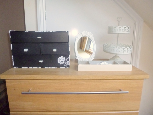 Desk, bedroom, organiser, pretty organising, vanity desk